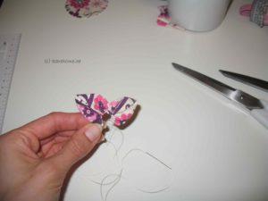 Zweites Blütenblatt direkt dahinter auffädeln und kräuseln