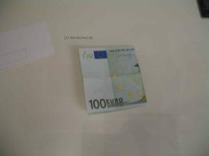 Geldschein einmal quer falten