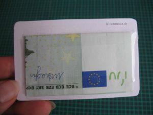 Geldschein hinter die Karte kleben