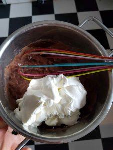Sahne unter den Pudding heben