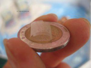 Münzen aufeinander kleben
