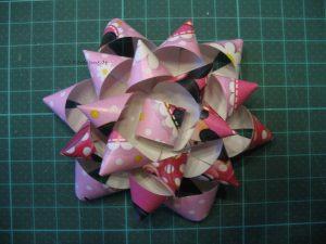 Schleife aus Gesckenkpapier