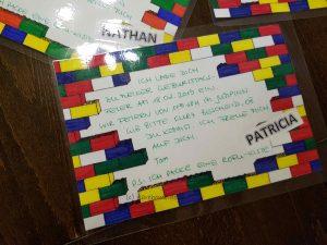 laminierte LEGO-Einladungen