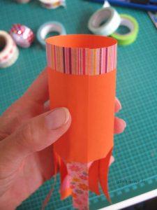 Papier zur Rolle zusammenkleben