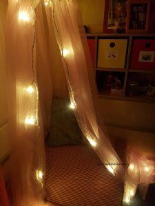 beleuchteter Baldachin im dunklen Zimmer