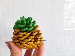 Ananas aus Tannenzapfen