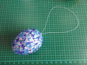 Ei mit blauen Perlen