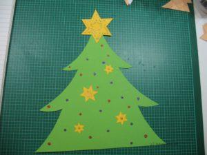 Tannenbaum mit Sternen und Glitzer verzieren