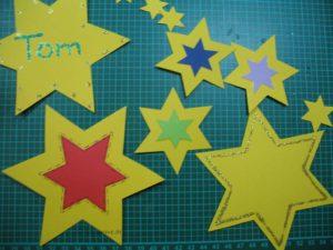 Sterne für den Adventskalender verzieren
