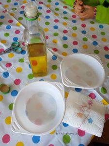 Plastikschalen mit Öl einpinseln