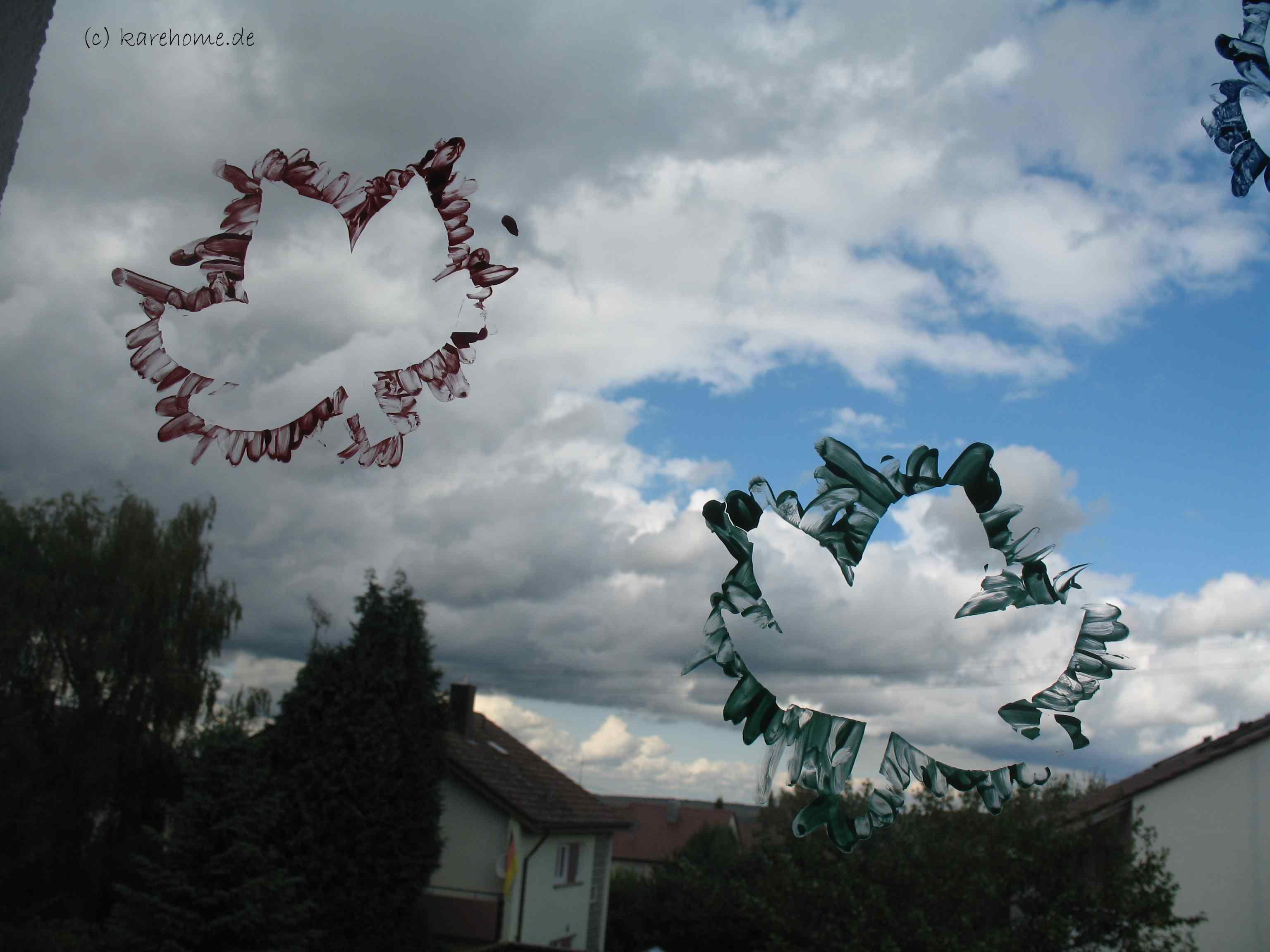 Fingerfarbe Weihnachten.Malen Mit Fingerfarbe Bunte Blätter Als Fensterdeko Karehome
