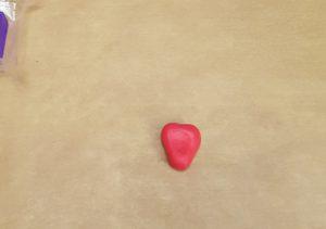 aus FIMO den Körper der Erdbeere formen