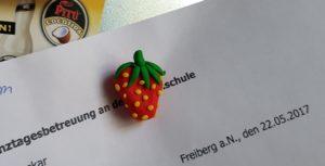 Magnet aus FIMO: eine Erdbeere