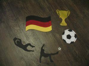 Fußballer, Pokal, Bälle und die Flagge gestalten