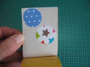 Kreise auf doppelseitiges Klebeband kleben