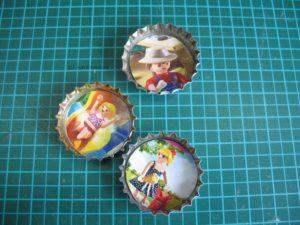 Kronkorken mit Playmobil-Motiven