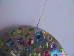 Aufhängung für das Lichterspiel aus CDs