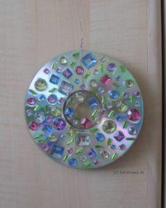 Lichterspiel aus CDs mit Schmucksteinen