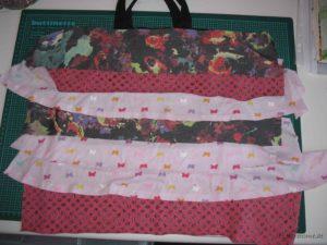 (Eingereihte) Stoffstreifen auf die Tasche legen und eine schöne Reihenfolge sortieren