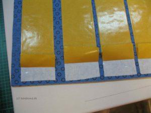 Papier des doppelseitigen Klebebandes etwas entfernen