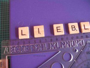 Keilrahmen - die Buchstaben werden am Lineal ausgerichtet