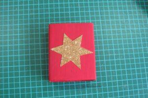 Stern auf die Schachtel kleben