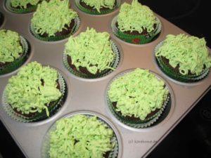 Cupcakes in die Mulden setzen