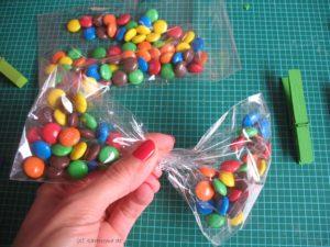 Smartie-Tüte zur Schleife formen