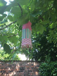 Windspiel mit Glöckchen am Baum