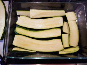 mit Zucchini den Boden der Auflaufform bedecken